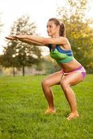 Fitnessfrau, die Yogaübungen im Park macht foto
