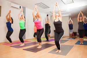 echte Yoga-Klasse in Bearbeitung foto