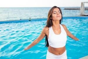 Fitnessfrau im Freien trainieren foto
