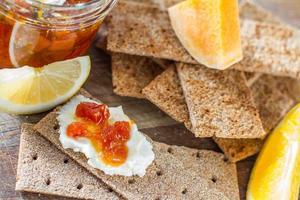Knäckebrot, Kürbisscheiben, Orange und Zitrone foto