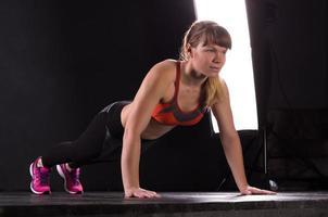 schönes junges und fit Fitness-Sport-Modell posiert im Dunkeln foto