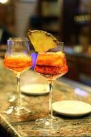 Alkohol-Aperitif mit einem Glaskelch an der Bar