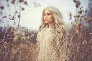 schöne Dame in der Herbstlandschaft