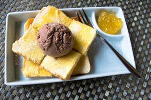 Eis mit Brot und Ananasmarmelade