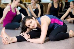 Yogi-Mädchen, das im Unterricht trainiert foto