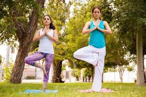 schöne Frauen, die Yoga machen foto