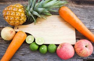 Konzept des Lebensmittelhintergrunds. Sortenfrüchte auf Holzhintergrund. foto