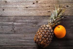 Stillleben tropischer Früchte auf Holztisch