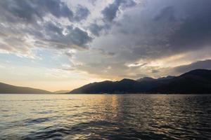 Sonnenuntergangslandschaft über Meer foto
