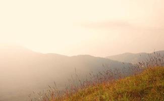 Sonnenuntergangslandschaft des Berges foto
