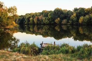Herbstlandschaft am Fluss foto