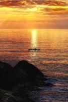 Kajakfahren bei Sonnenuntergang foto