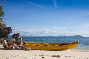 Paar Kanufahren in der Lagune von West-Französisch-Indien