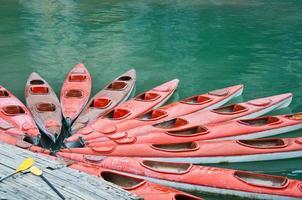 rote Kajaks auf See, Halong Bay, Vietnam
