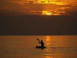 Silhouette des Mannes Kajak bei Sonnenuntergang