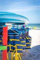 Schwimmwesten und Boote am Strand von St. Peter in Florida foto