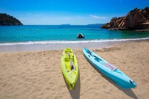 ibiza cala sant vicent beach mit kajaks san juan foto