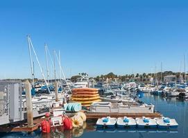 Boots- und Kajakverleih im geschäftigen Yachthafen