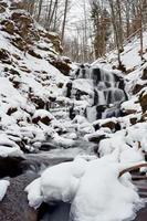 Winterlandschaft mit dem Fluss foto