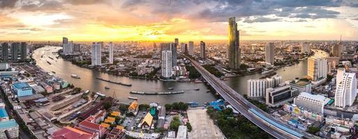 Panoramalandschaft des Chaophraya Flusses, Bangkok foto
