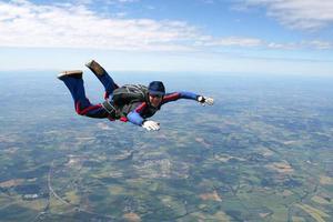Fallschirmspringer im freien Fall foto
