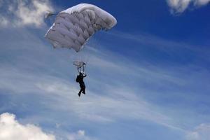 Fallschirmspringer am Himmel