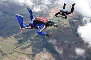 zwei Fallschirmspringer im freien Fall foto