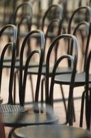 Thonet Stühle in einer Reihe foto