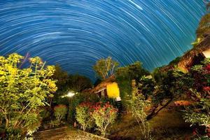 Nachtlandschaft mit sichtbaren Sternspuren foto