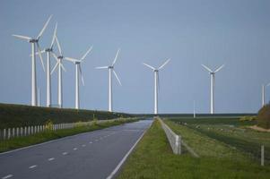 Windkraftanlagen in einer Reihe