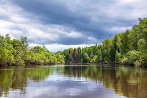 Sommerlandschaft mit Fluss und Wald foto