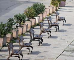 Reihe von Holzbänken in Alghero