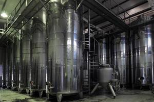 Weinfässer aus Edelstahl in einer Reihe foto