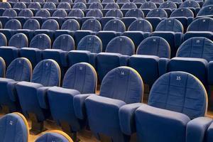 Stuhlreihen im Kino oder Theater foto
