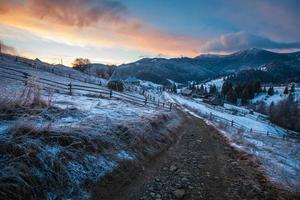 fantastische Winterlandschaft. dramatischer bewölkter Himmel.