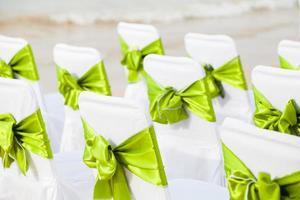 dekorative Schleifen auf einer Reihe von Stühlen foto