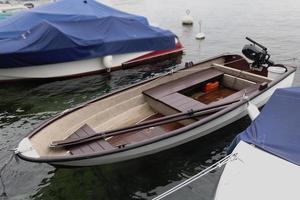 Ruderboot auf dem Wasser am Pier foto