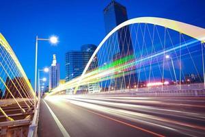 Bogenbrückenträger Autobahnauto Lichtspuren Stadtnachtlandschaft foto