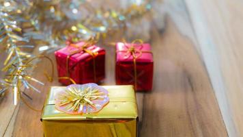 Weihnachts- und Neujahrsgeschenkboxhintergrund auf einem hölzernen.