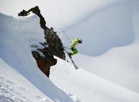 Skifahrer springt von einer Klippe