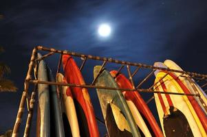 Rack von Surfbrettern mit Mond im Himmel