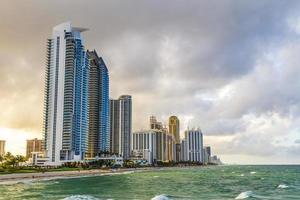 Wolkenkratzer am Strand der sonnigen Inseln in Miami