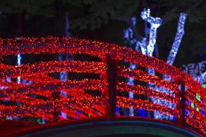 Brücke mit roten Weihnachtslichtern foto