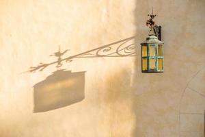 Straßenlaterne mit künstlerischem Schatten. foto