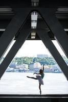 Silhouette der anmutigen Ballerina im weißen Tutu foto