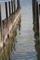Holzwand im Wasser foto