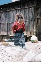 guatemaltekisches Mädchen, das weggeht foto