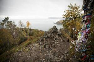 Insel am Baikalsee im Herbst.