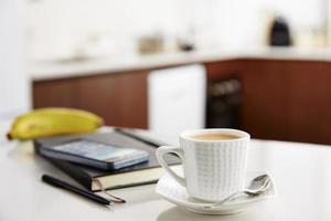 Kaffee mit Milch bei der Arbeit foto