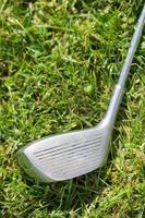 Golfschläger im Gras foto